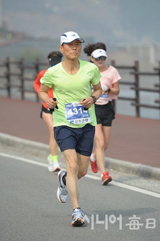 70세가 넘었지만 아직도 달릴때는 힘이 펄펄, 90세 까지는 달리고 싶다!는 마라토너 강시배 씨